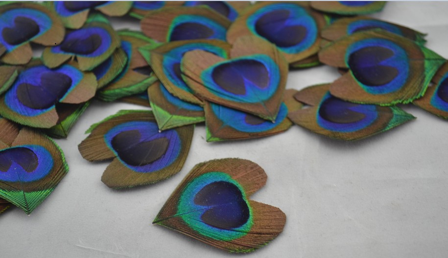50pcs/lot Hand-trimmed Heart Shape Peacock Eye feathers for Wedding invitation Table Centerpiece DIY scrapbook or hairpiece